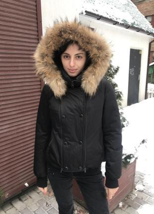 Куртка-пуховик с мехом енота
