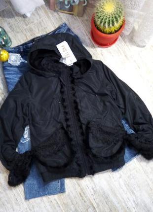 Очень красивая демисезонная чёрная куртка внутри флис, с вышивкой и мехом