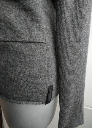 Стильный джемпер dkny (donna karan new york) серого цвета с карманами и воротником4 фото