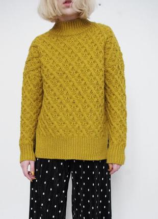 Горчичный вязаный свитер с высоким горлом