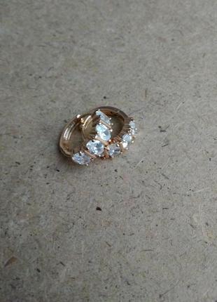 Золотистые серьги с камнями