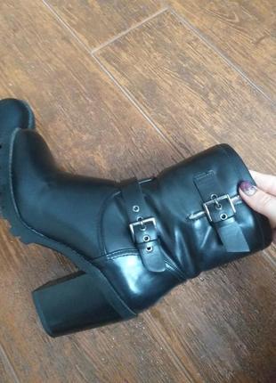 Зимнии ботинки сапоги на толстом каблуке stradivarius на меху