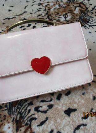 Оригинальная сумочка-клатч с золотой металлической ручкой/с сердечком