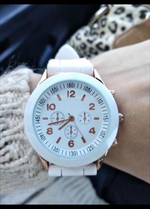 Белые часы на силиконовом ремешке стильные женские кварцевые