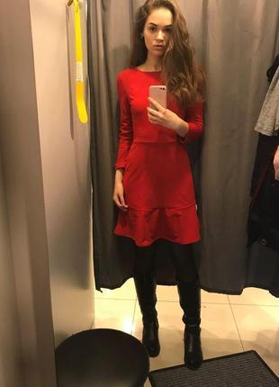 Красное платье с оборкой ostin