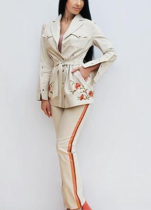 """Женский брючный костюм с ручной вышивкой """"солнечные цветы"""" нарядный костюм"""