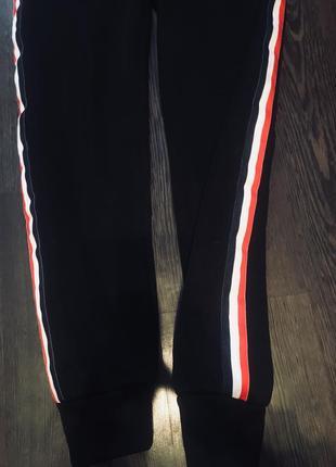 Теплые спортивные штаны с лампасами3 фото