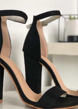 Модные черные босоножки на толстом каблуке