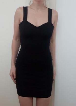 Маленькое черное платье из плотной ткани