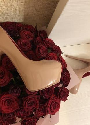 Лаковые туфли, красная подошва