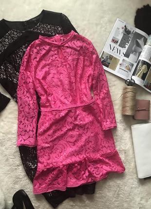 Розовое кружевное платье с воланом внизу