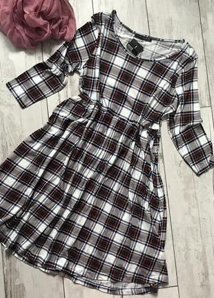 Стильна сукня в клітинку