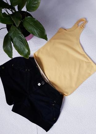 Look//майка на одно плечо  и шорты с контрастной желтой отстрочкой