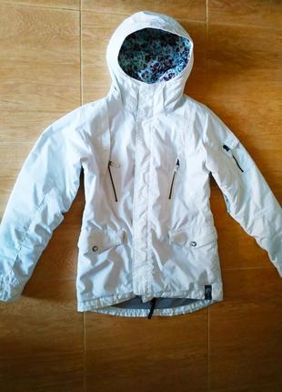 Невероятно крутая белоснежная куртка burton.