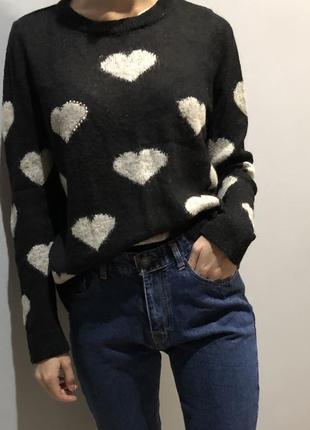 Черный свитер в сердечках