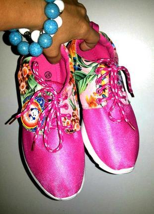 Малиновые кроссовки в цветах