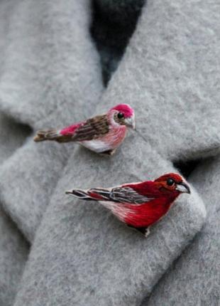 Комплект из двух вышитых брошей птички ручная работа