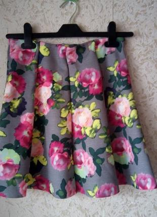 Серая юбка принт розы3