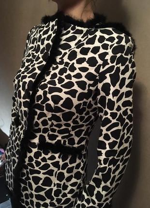 Яркий пиджак, жакет с меховой отделкой
