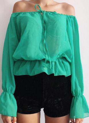 Полупрозрачная блуза на спущенных плечах