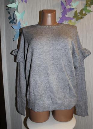 Мягкий серый свитер с рюшками