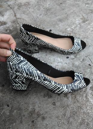 Туфли босоножки толстый каблук черно белые 38 размер