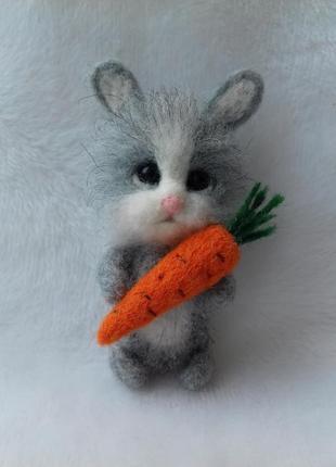 Брошь зайчик с морковкой