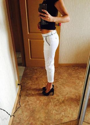 Белые укороченные брюки oggi