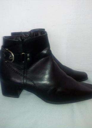 Черные кожанные ботинки.