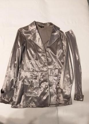 Женский серебряный удлиненный пиджак с поясом