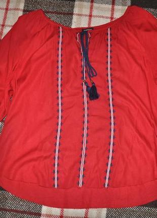 Красивая красная блуза с вышивкой