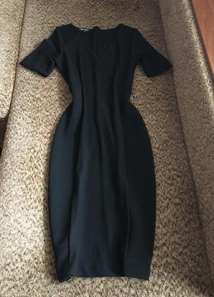 Базовое чёрное платье карандаш миди в рубчик