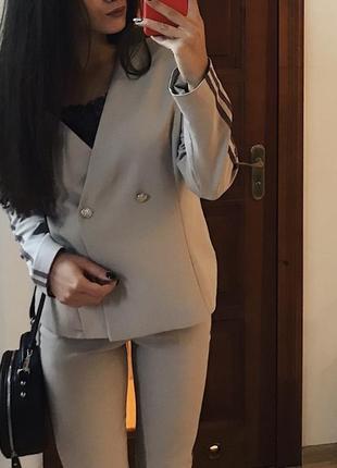 Бежевый деловой костюм