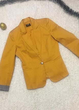 Black friday пиджак жёлтого цвета , актуальный для нового года