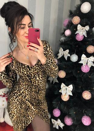 Леопардовое платье с декольте