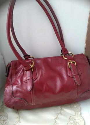 Красивая бордовая кожаная сумка