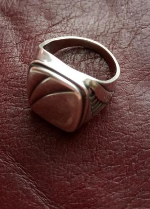 Печатка серебрянная мужская, с резными отверстиями по бокам. вес 6,14 гр. , размер 20