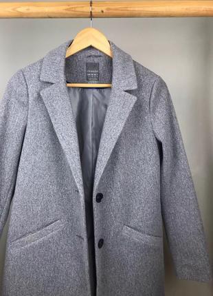 Серое прямое актуальное пальто