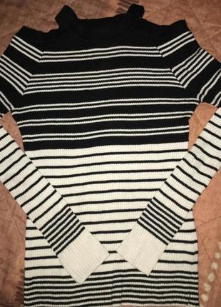 Фирменный свитерок с открытыми плечами