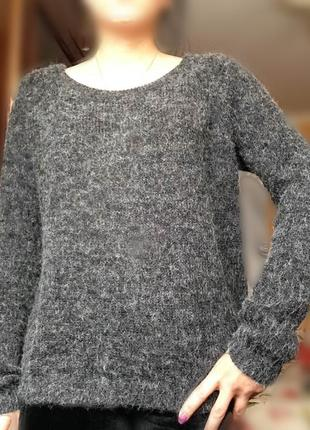 Серый свитер мохнатый