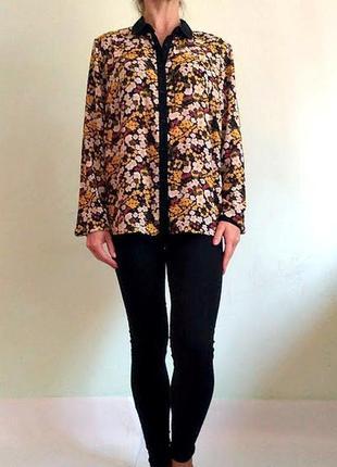 Легкая блуза с длинными рукавами и черным воротничком
