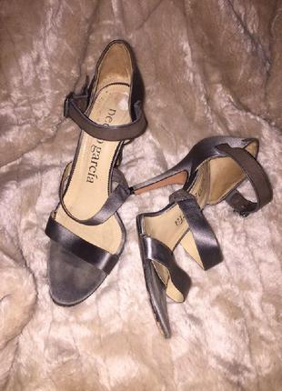 Босоножки туфли серебяные с открытым носком на тонком каблуке атлас