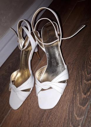 Нежные, нарядные босоножки на каблуке