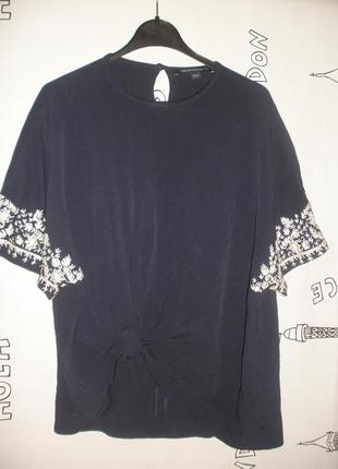 Лаконичная нарядная  блузка french connection с вышитыми рукавами