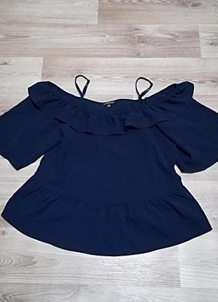 Стильная блуза с воланами и вырезами на плечах от atmosphere