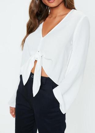 Шикарная белая блуза с завязкой спереди и v-образным декольте missguided