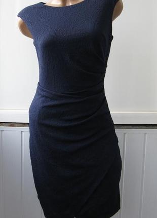 Платье облегающее из фактурной ткани, с драпировкой, коктейльное