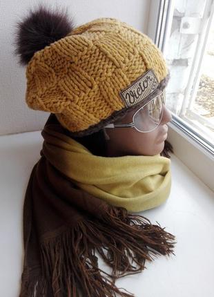 Теплая стильная шапка-тыковка с меховым помпоном и палантином