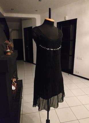 Чёрное шифоновое платье с камнями и кружевом