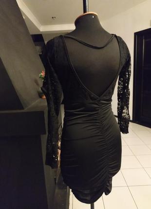 Чёрное откровенное платье с кружевом и рукавом с дырками
